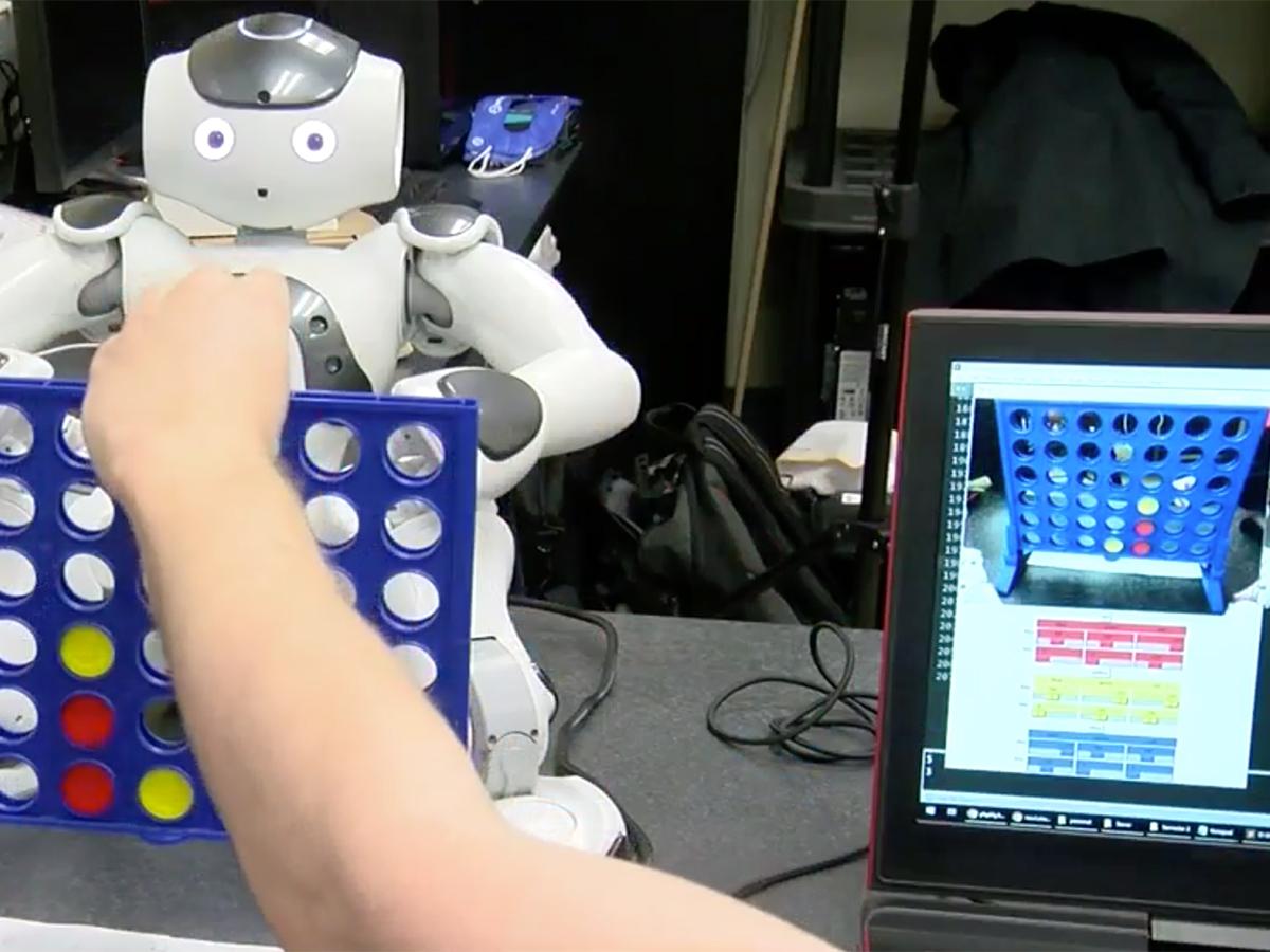 発達障害の子どもたちを助けたいと双子兄弟が取り組むロボット r5