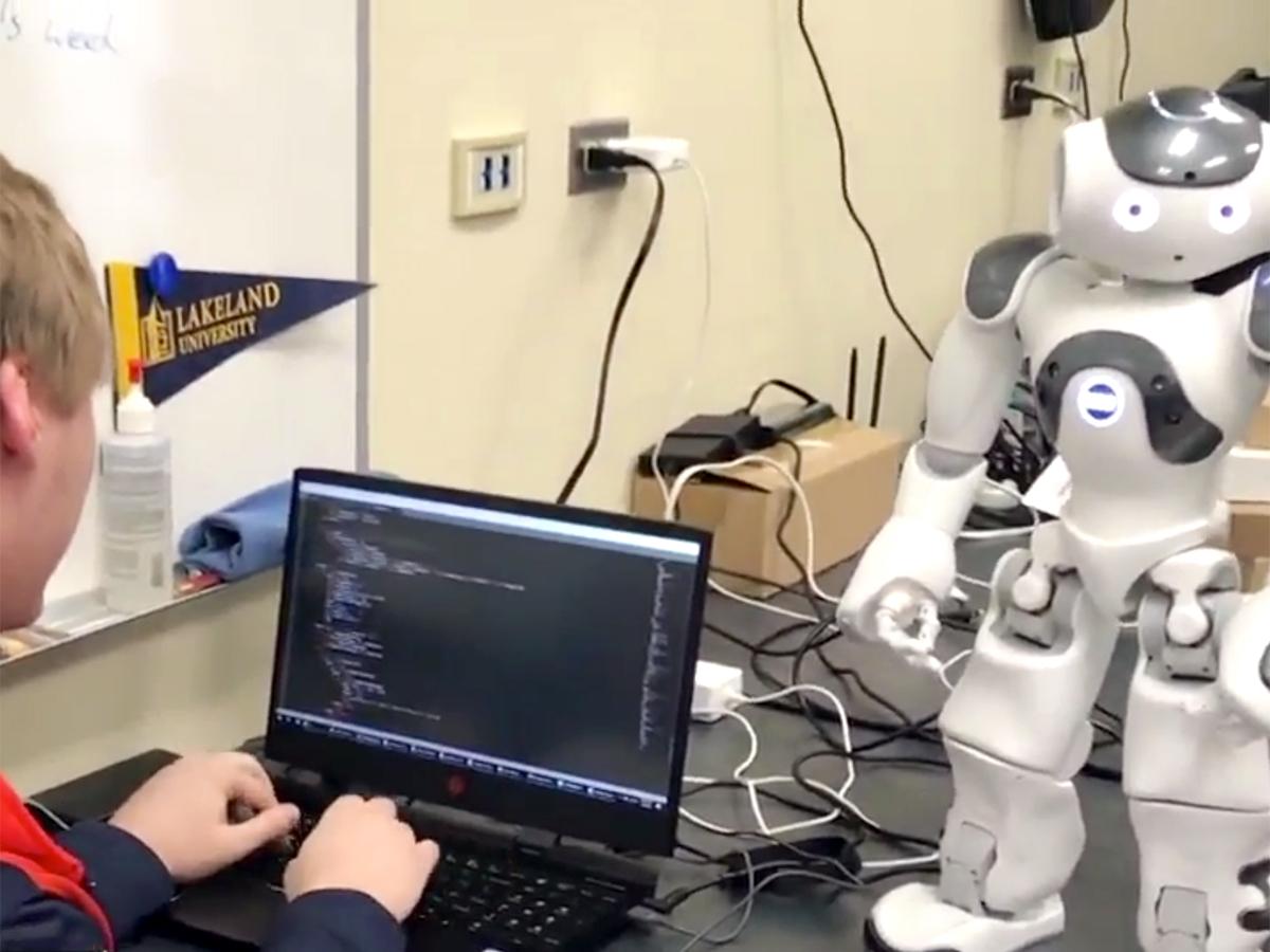 発達障害の子どもたちを助けたいと双子兄弟が取り組むロボット r6