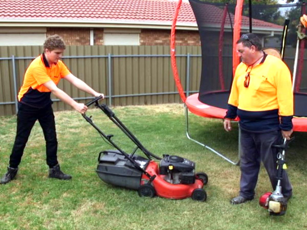 発達障害の息子の働ける機会として母親が芝刈りの事業で起業 s2