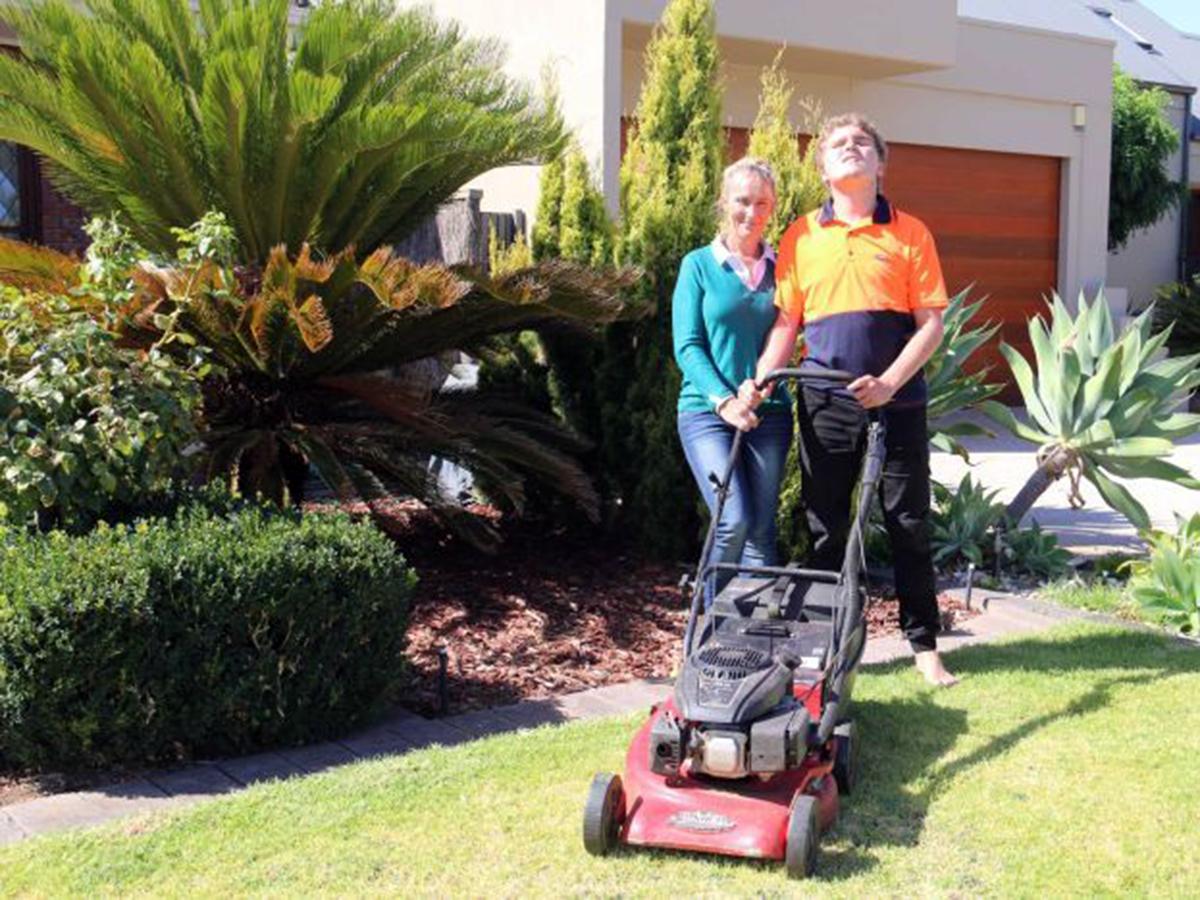 発達障害の息子の働ける機会として母親が芝刈りの事業で起業 s3