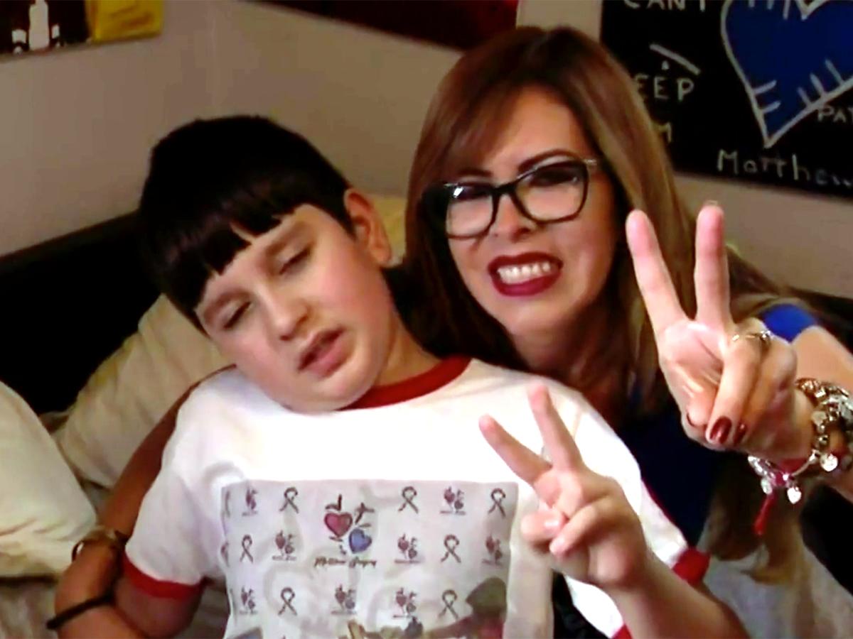 発達障害の少年は絵を描いて母親にそしてみんなに自分を伝える a1-1