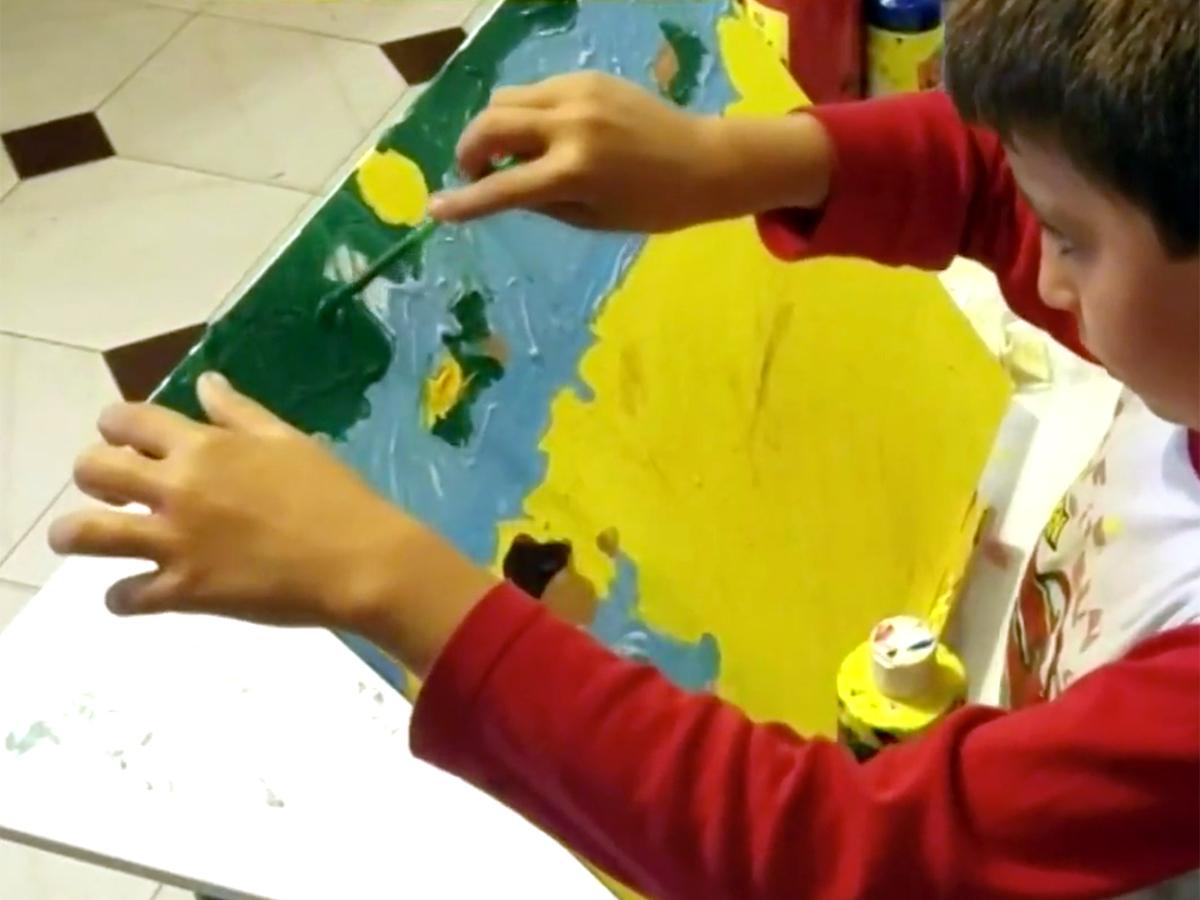 発達障害の少年は絵を描いて母親にそしてみんなに自分を伝える a10