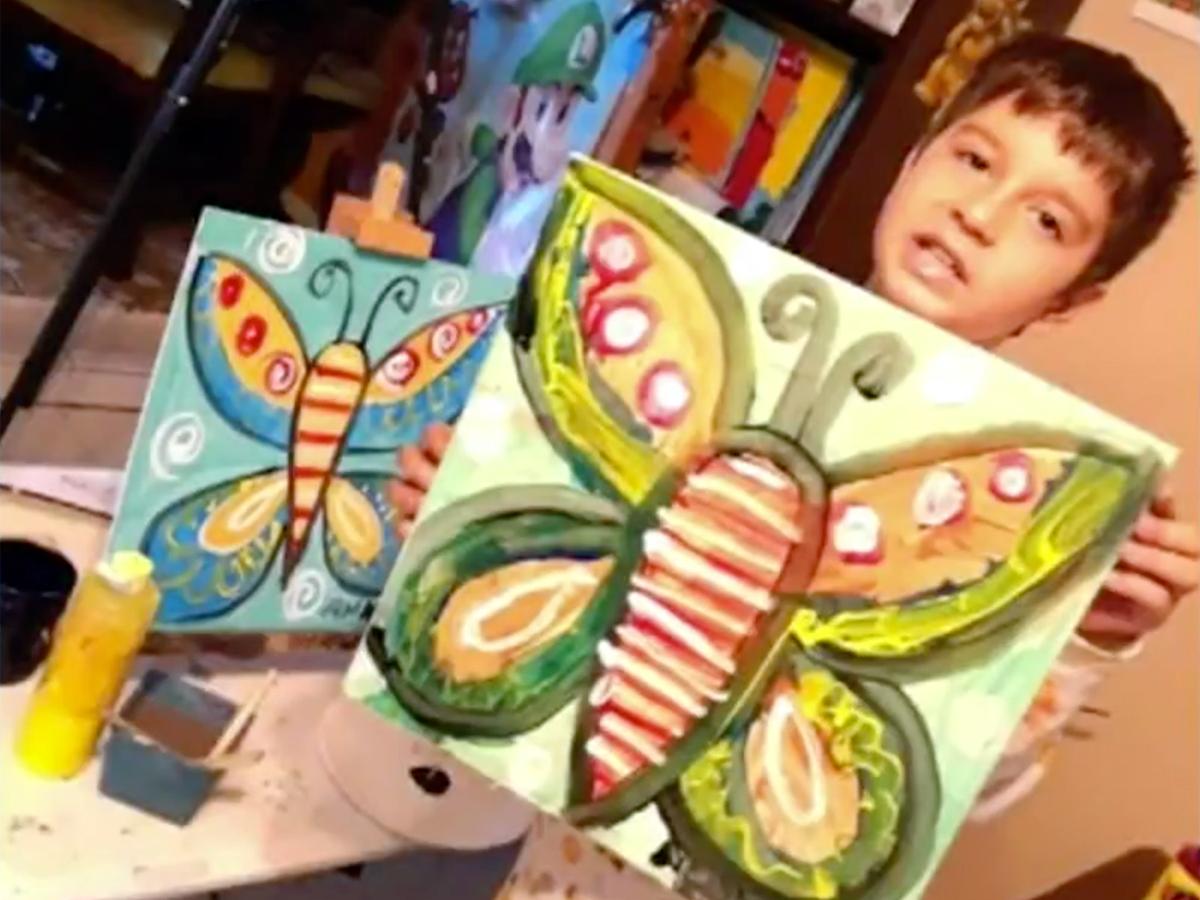 発達障害の少年は絵を描いて母親にそしてみんなに自分を伝える a9