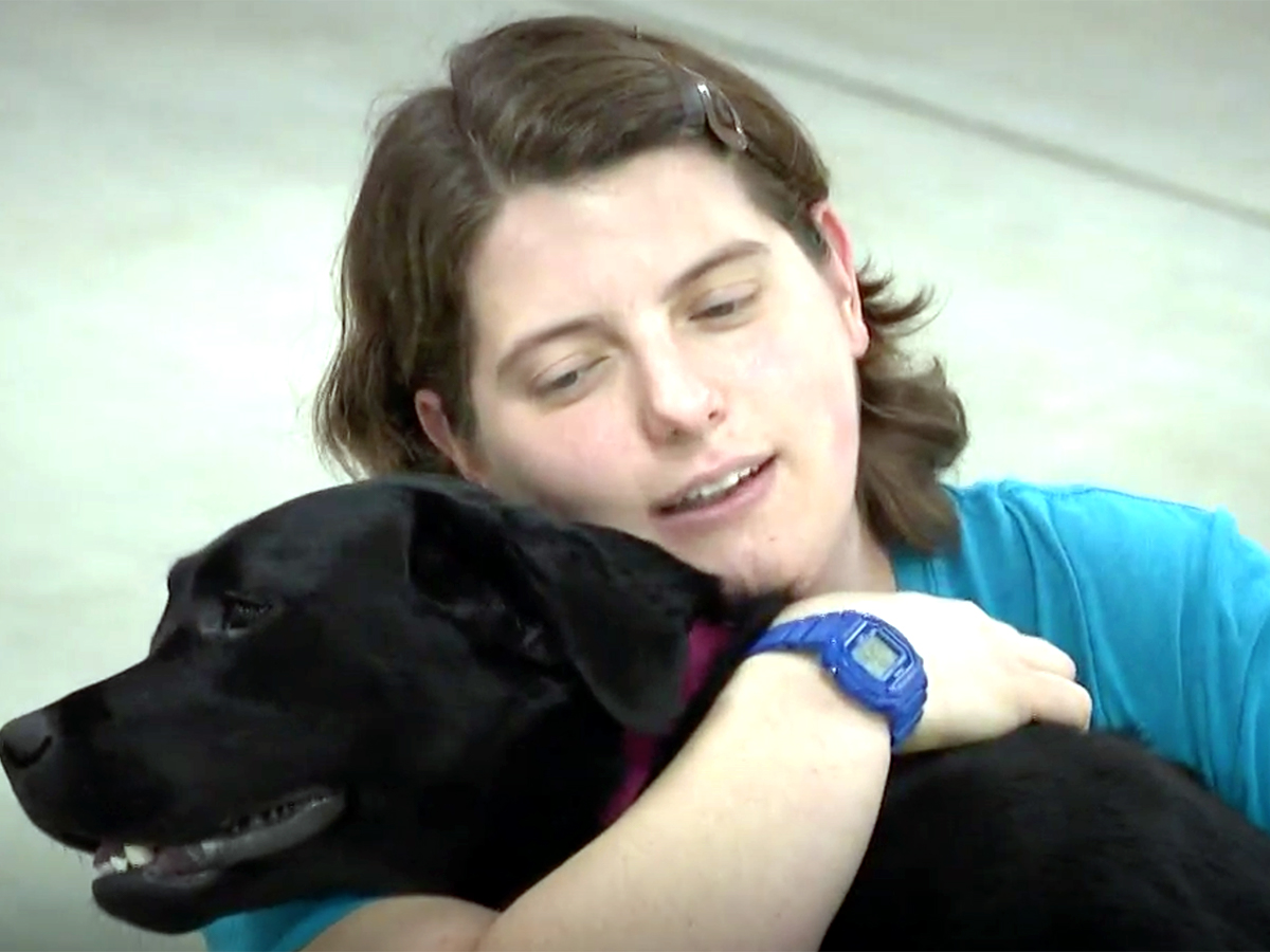 発達障害の自閉症の子どものために特別に訓練をされた介助犬 d5