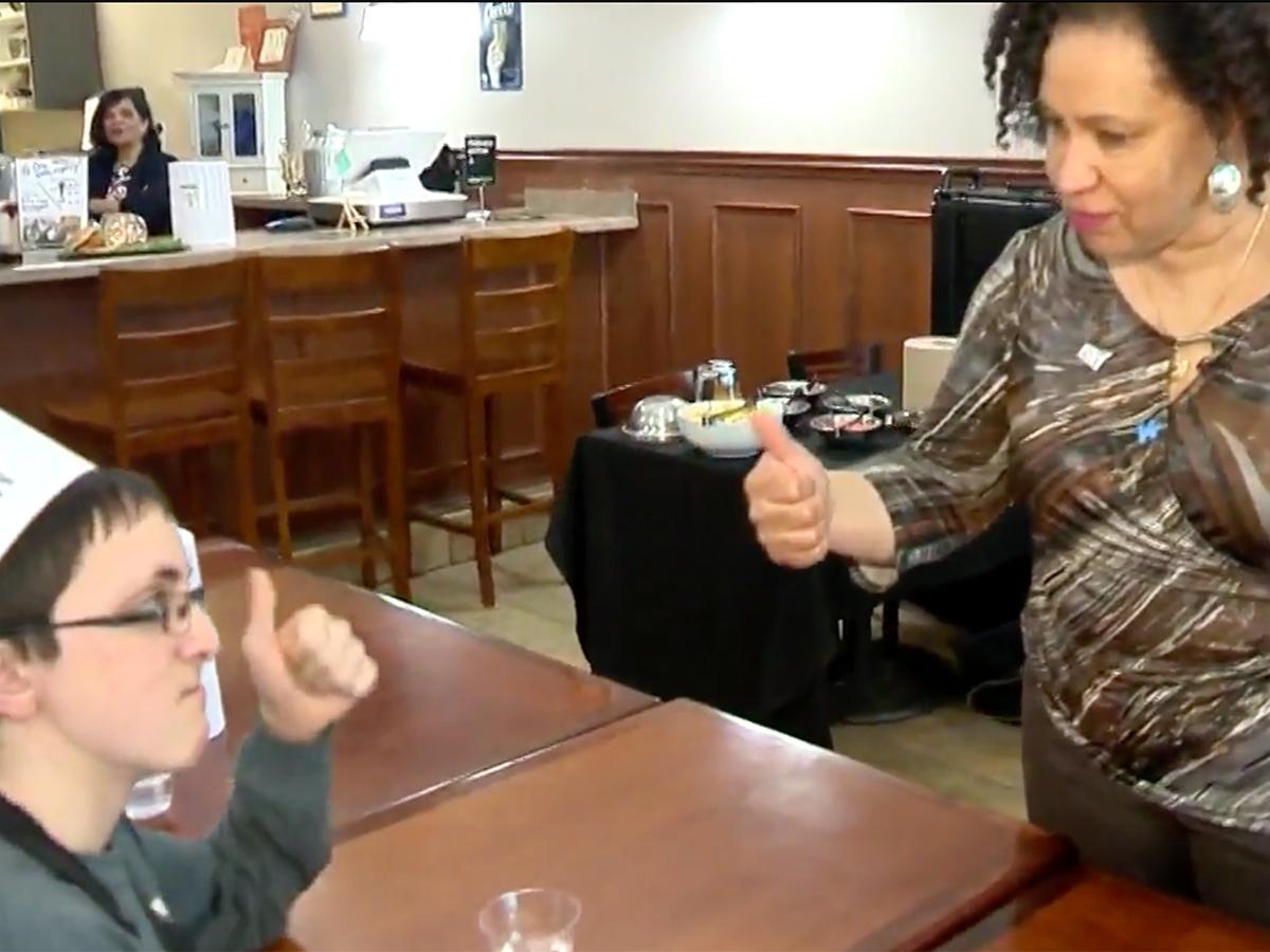 発達障害の青年たちはハンバーガー教室に参加し可能性をつかむ h1