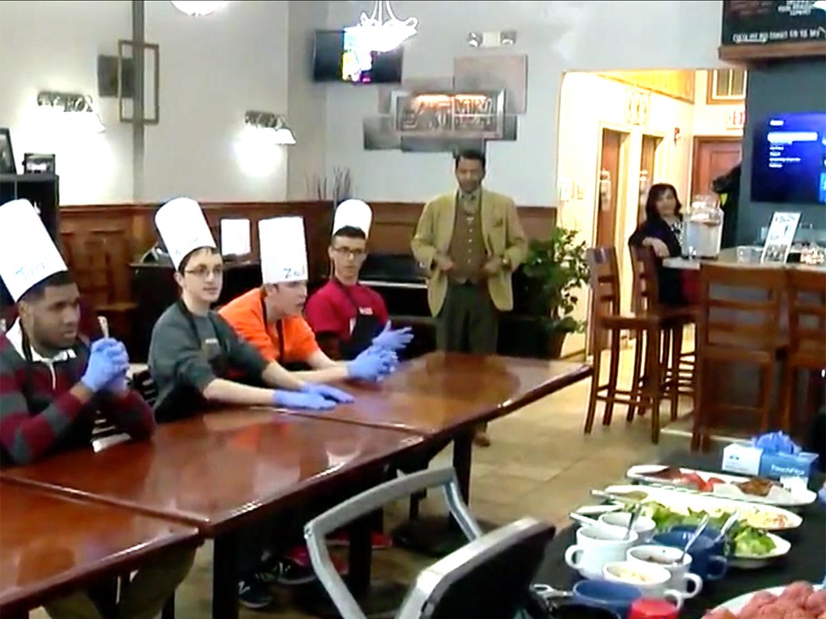 発達障害の青年たちはハンバーガー教室に参加し可能性をつかむ h14