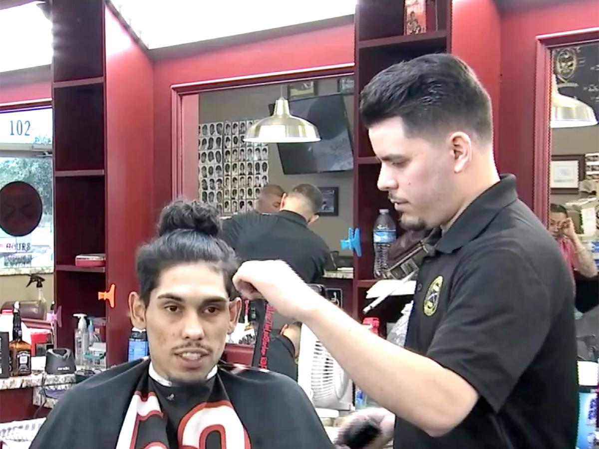 発達障害の男性が理髪師に。恐怖を克服し夢は実現できると示す