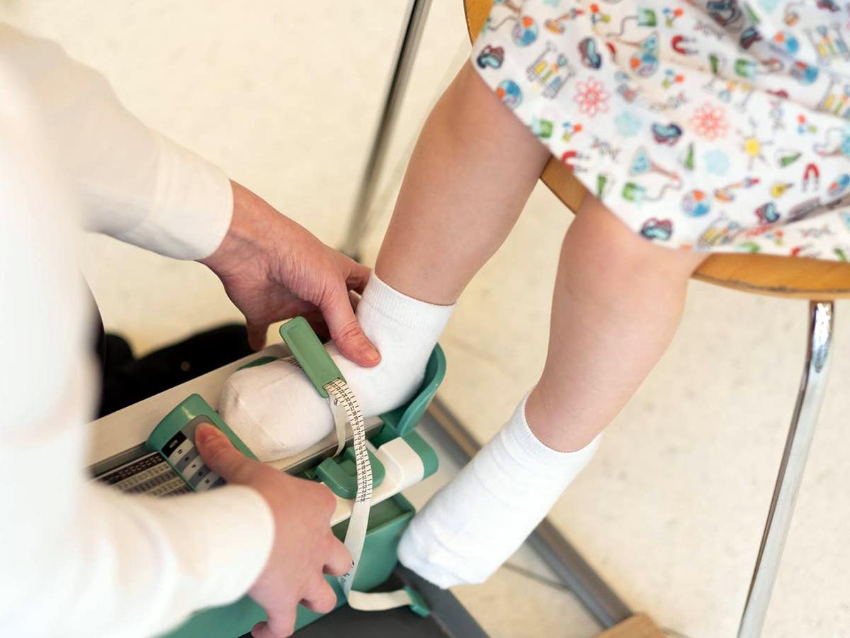 発達障害の子が学校で履く靴を購入しやすく。百貨店の取り組み