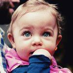 自閉症でない子どもは目を見る。自閉症の子は口を見る。研究