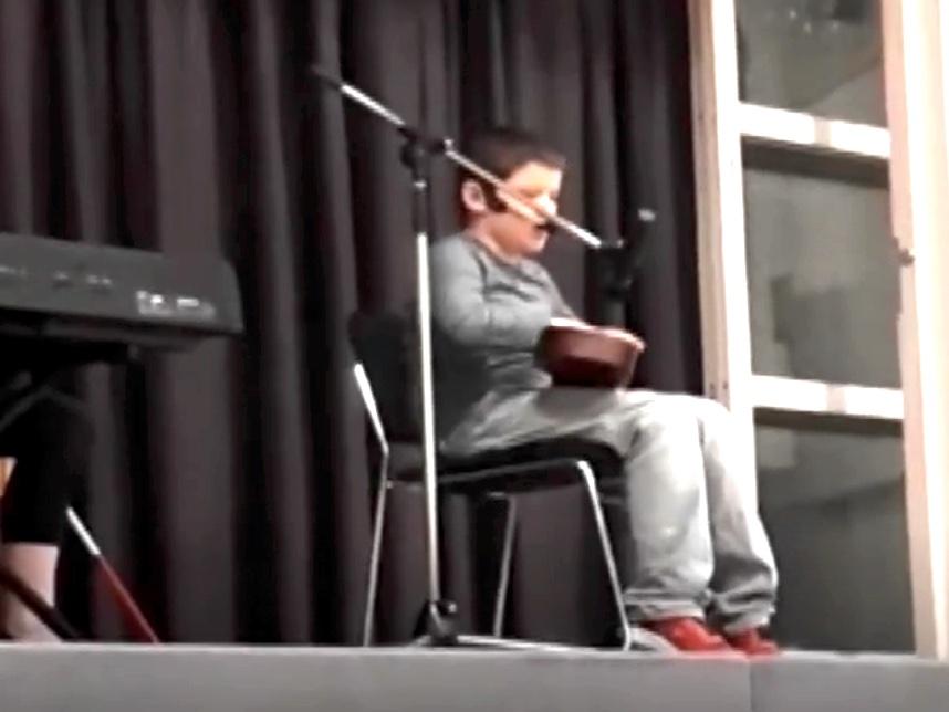 発達障害で視覚障害の少年のウクレレ演奏でたくさんの人が感動 o2-1
