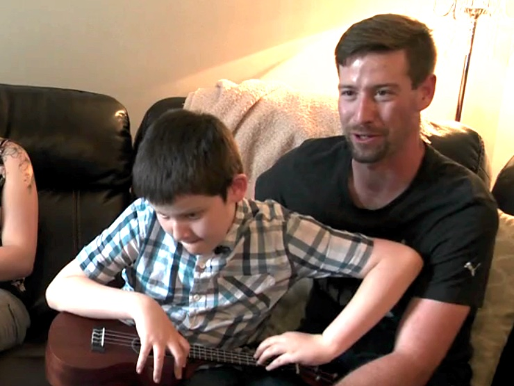 発達障害で視覚障害の少年のウクレレ演奏でたくさんの人が感動 o5