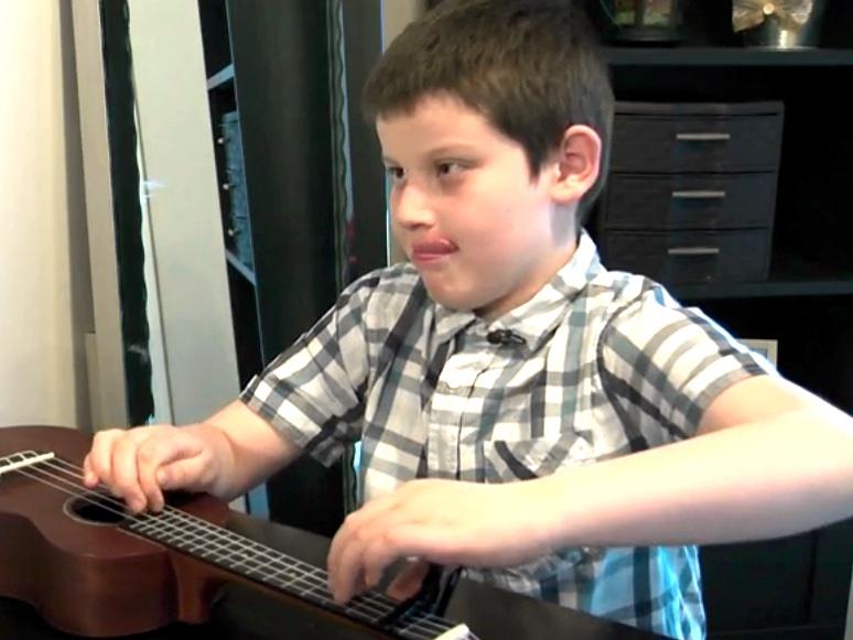 発達障害で視覚障害の少年のウクレレ演奏でたくさんの人が感動