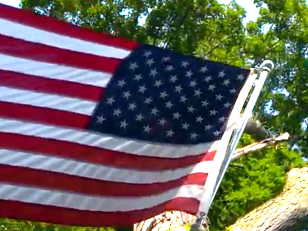 はためく国旗を見るのが大好きな発達障害の少年へのプレゼント b11-1