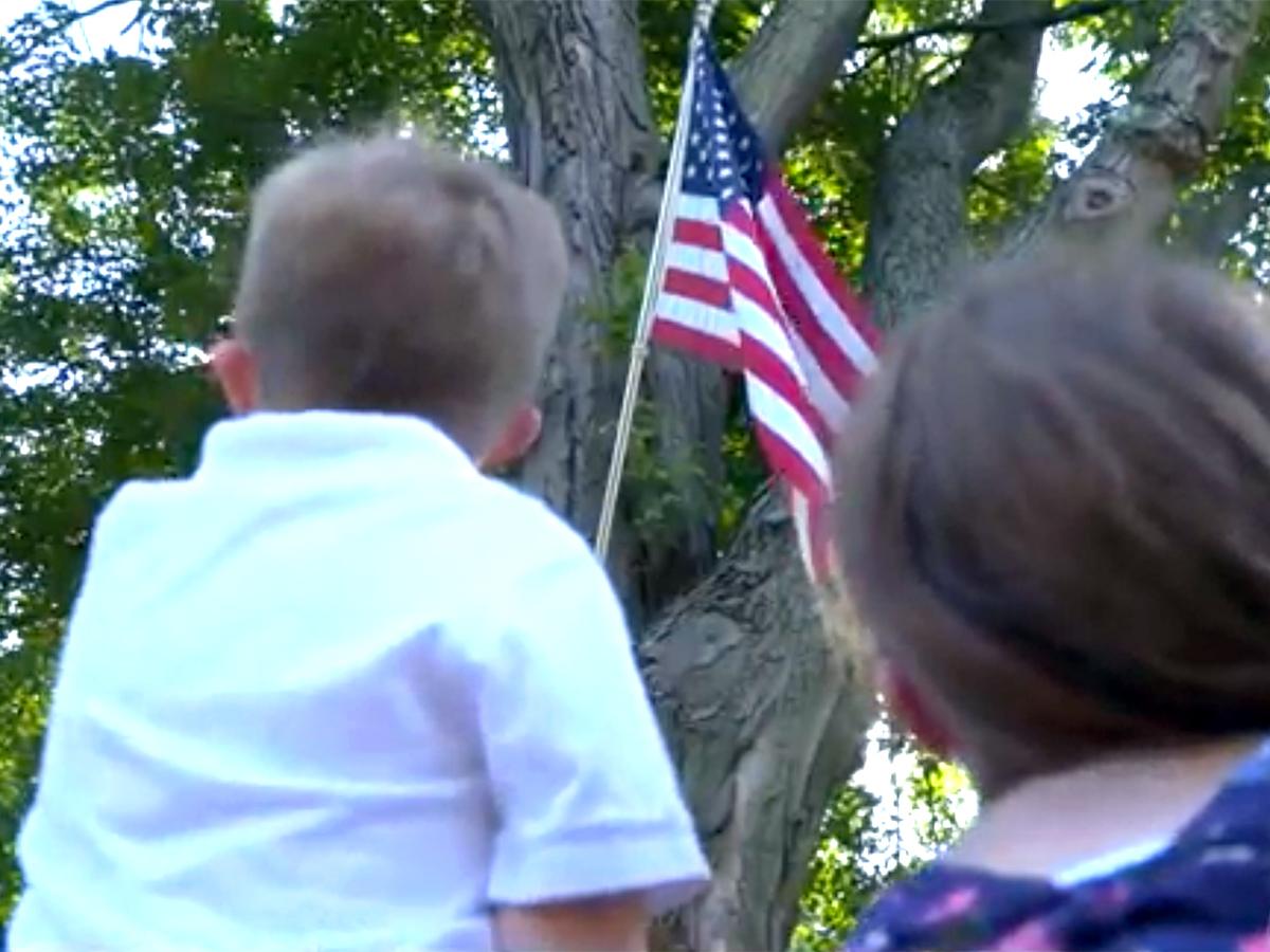 はためく国旗を見るのが大好きな発達障害の少年へのプレゼント b4-2