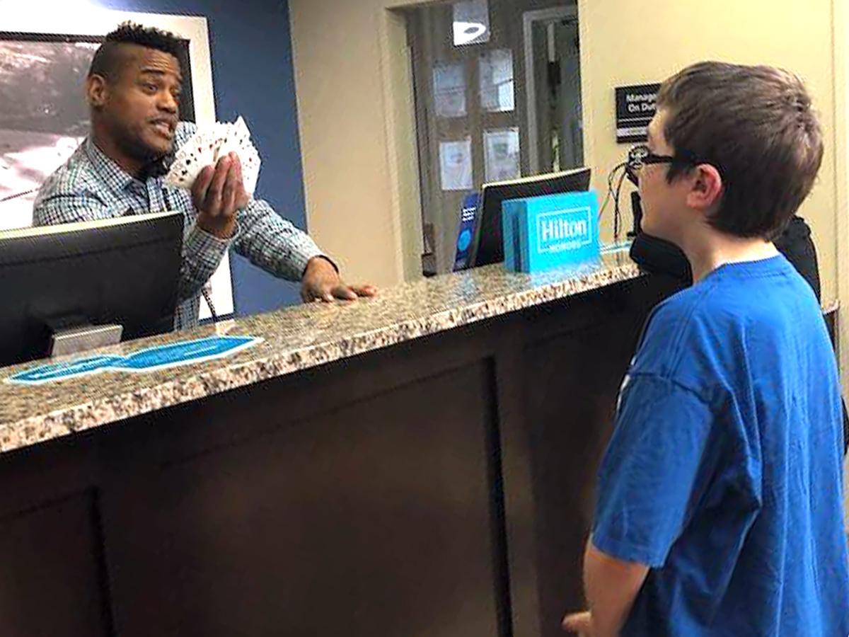 発達障害の少年はマジックを見せて素敵なマジシャンに出会えた t4-1
