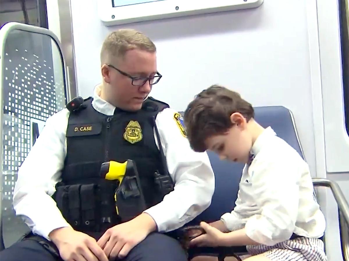 発達障害の少年と母親は助けてくれたあの鉄道警察官に再び会えた t11