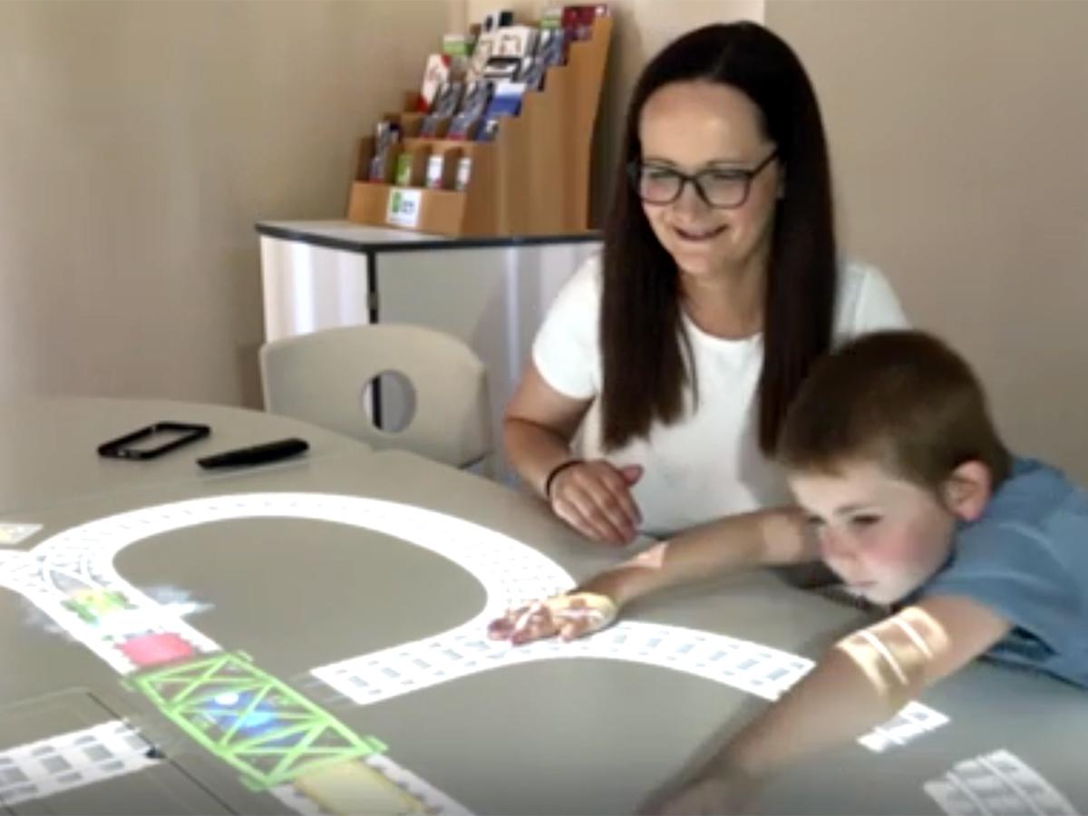 インタラクティブなゲームのテーブルが発達障害の子の能力を育む t2