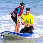何百人もの発達障害の子たちが水に親しめるようサーフィンで支援