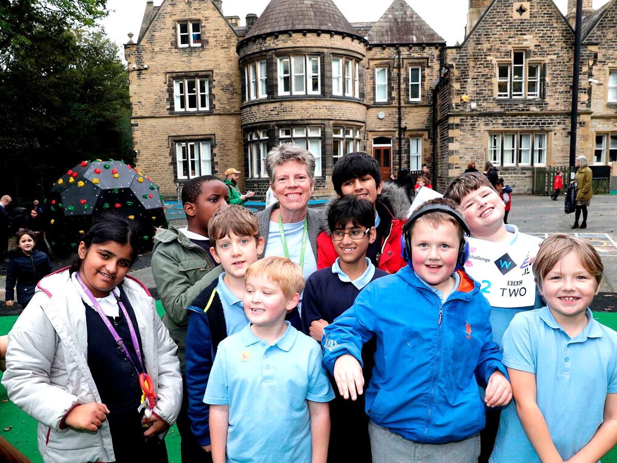 2人の子に一人の大人がつく英国の自閉症専門の特別支援学校