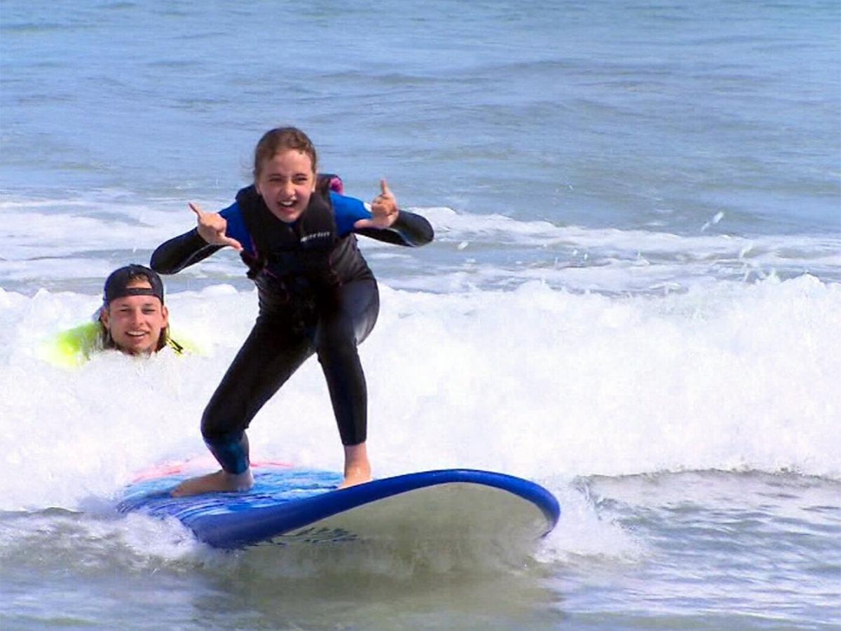 何百人もの発達障害の子たちが水に親しめるようサーフィンで支援 s2-1