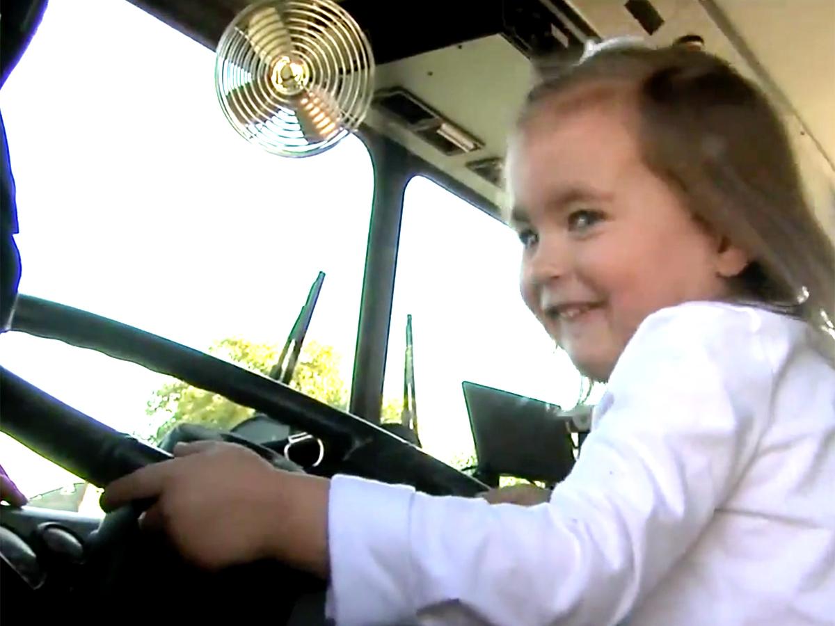 発達障害の女の子を抱きしめ落ち着かせた消防士に見た思いやり