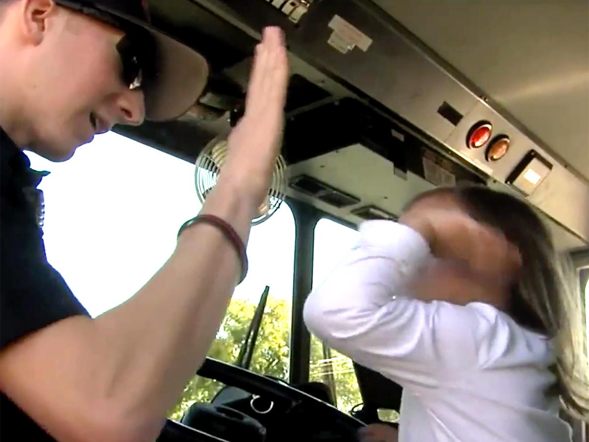 発達障害の女の子を抱きしめ落ち着かせた消防士に見た思いやり s3-2