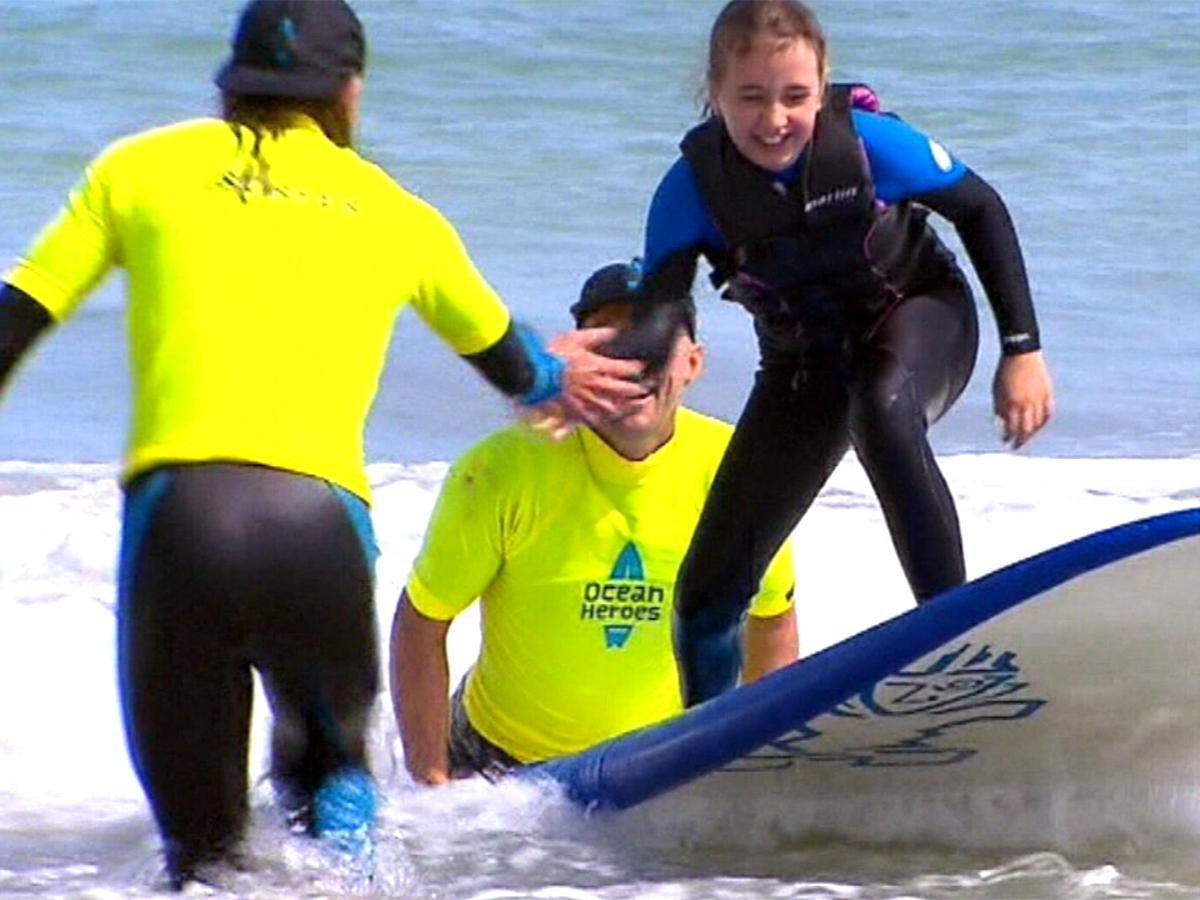 何百人もの発達障害の子たちが水に親しめるようサーフィンで支援 s4-1
