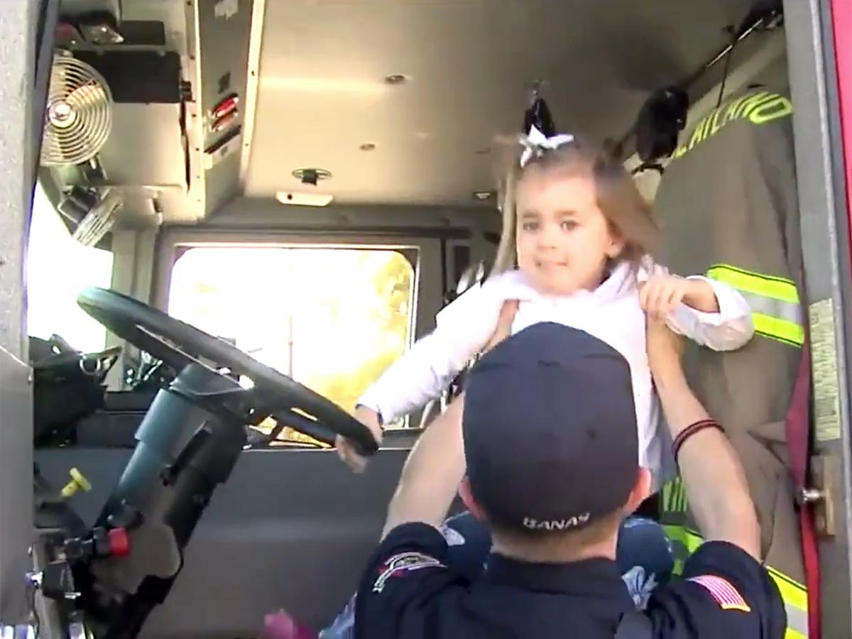 発達障害の女の子を抱きしめ落ち着かせた消防士に見た思いやり s6-1