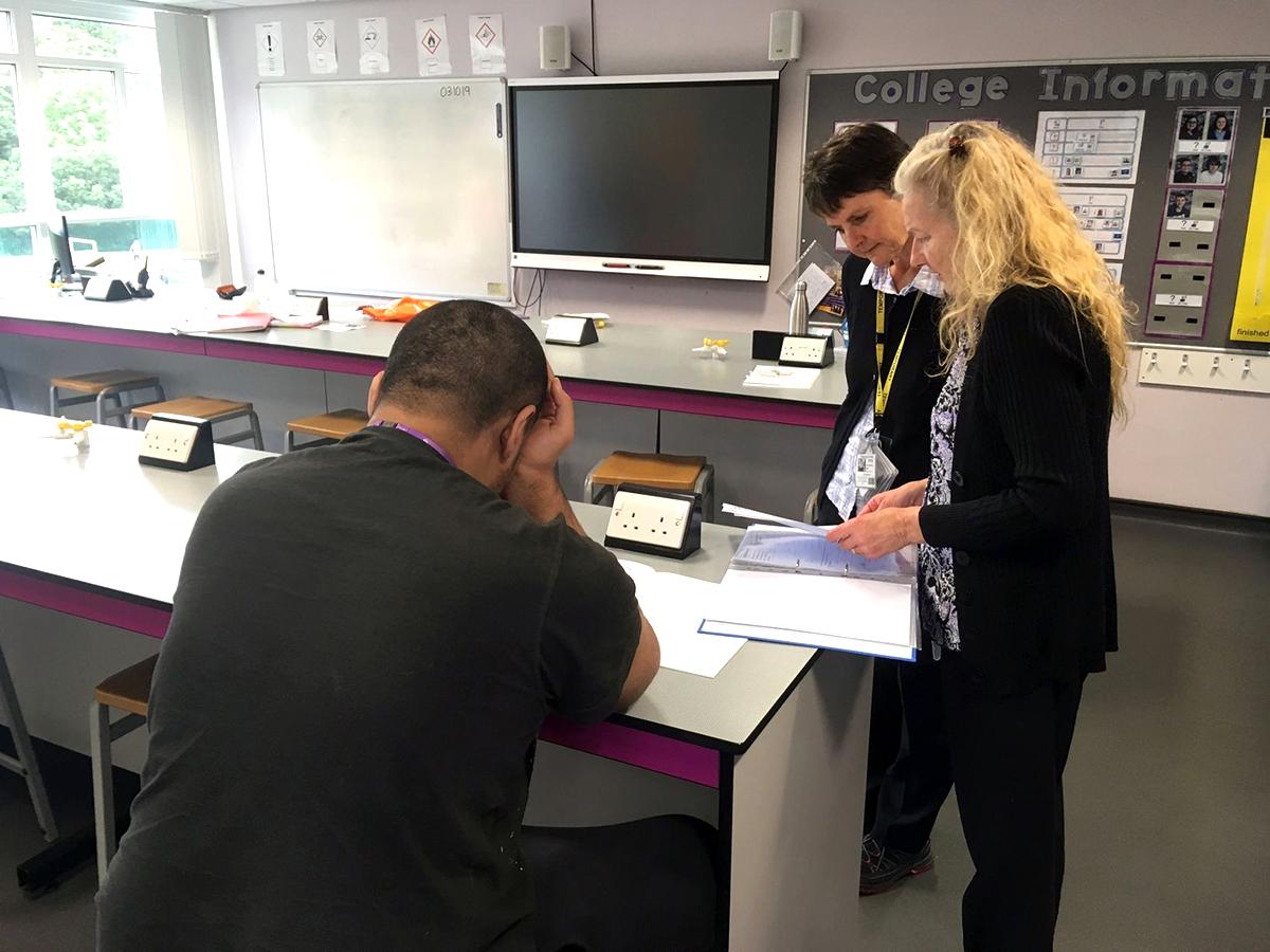 2人の子に一人の大人がつく英国の自閉症専門の特別支援学校 s6