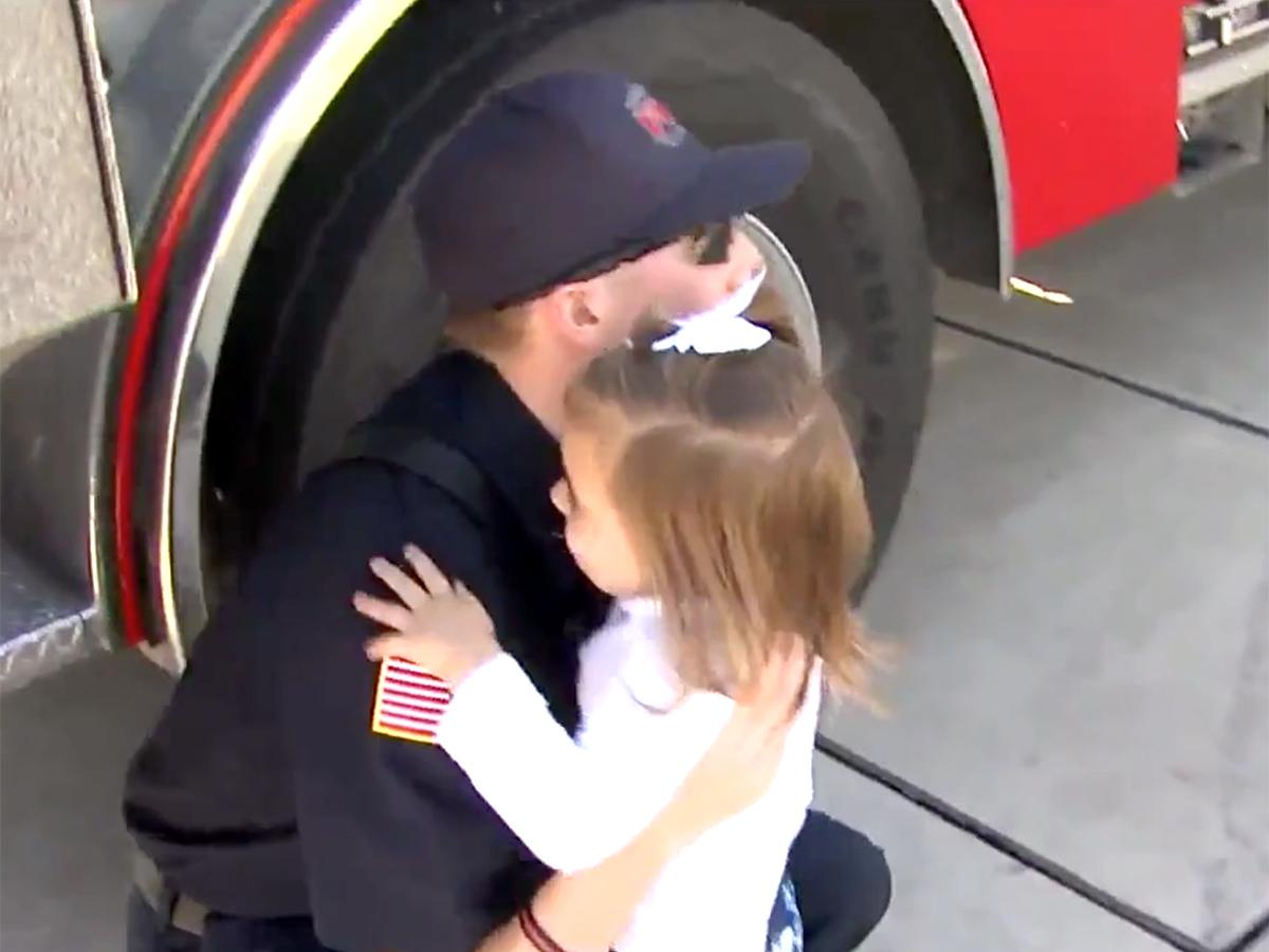 発達障害の女の子を抱きしめ落ち着かせた消防士に見た思いやり s7-1