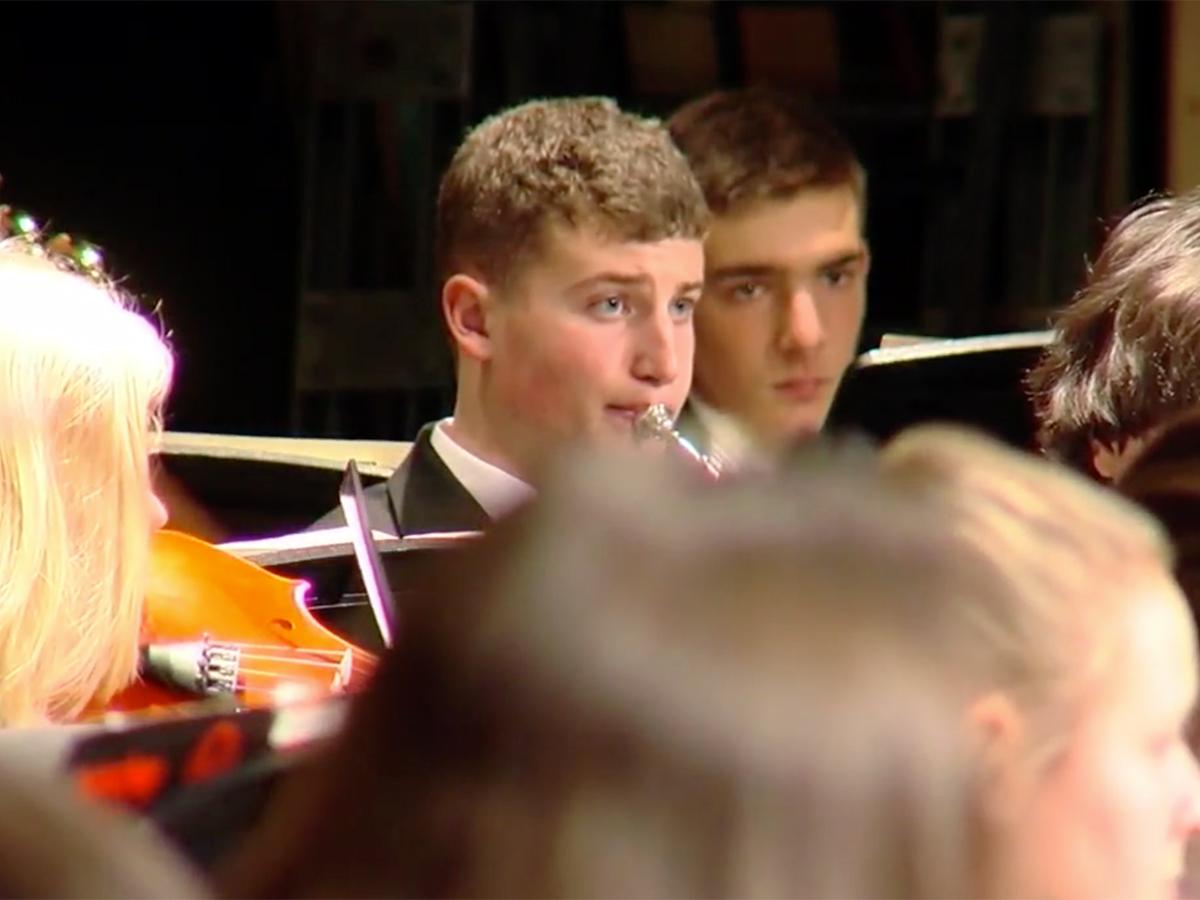 発達障害少年はピアノからトランペットに変えオーケストラで活躍 o4-1