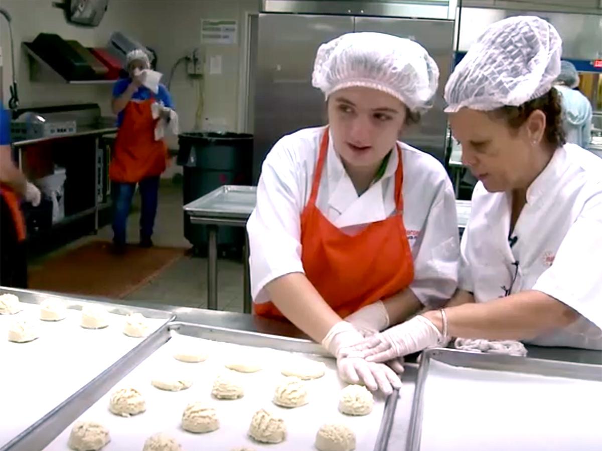 発達障害の生徒はキッチンで自立に向け責任を学び自信をつける