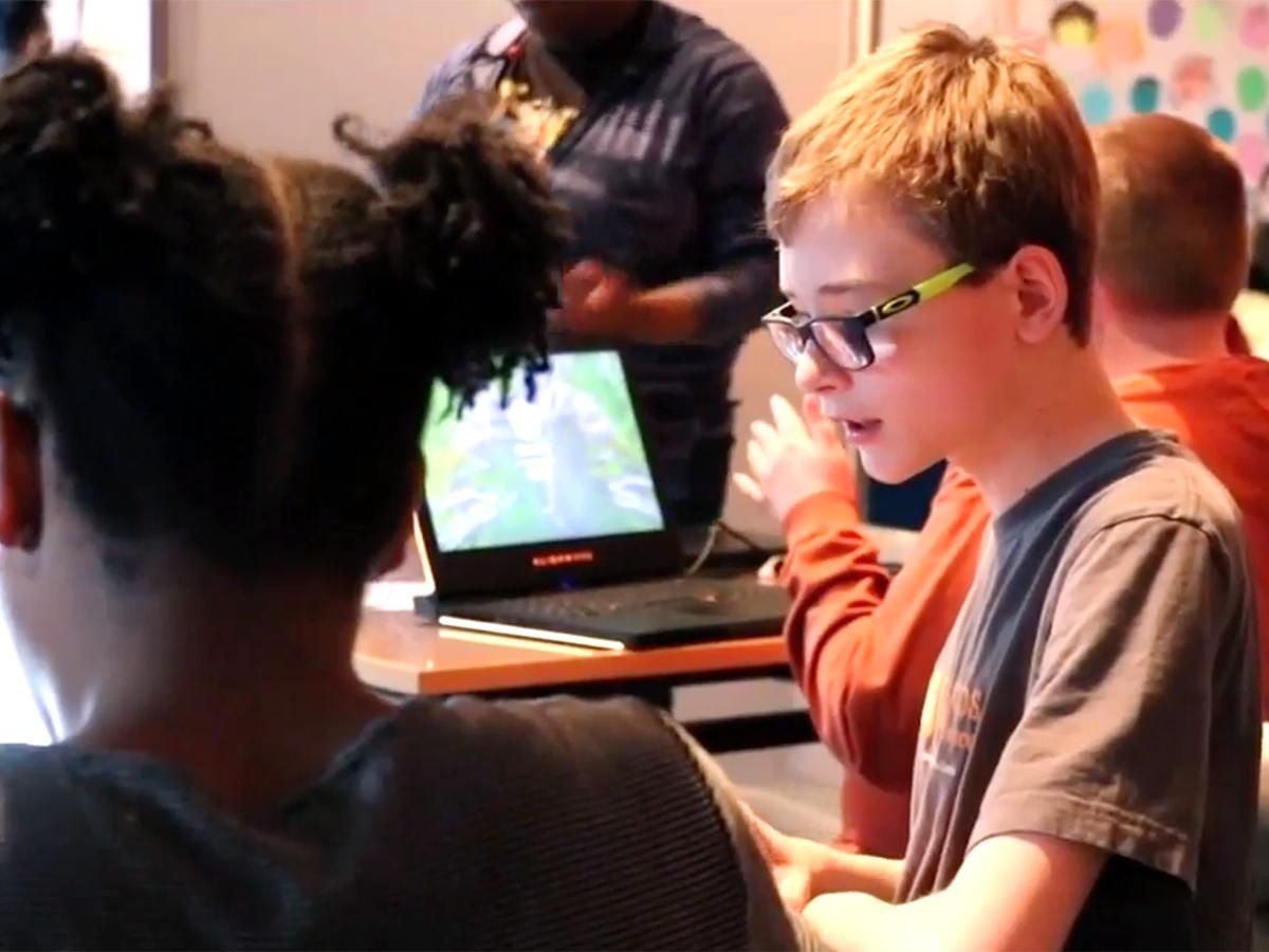 発達障害の子たちがプログラムだけでなくチームで働くことを学ぶ