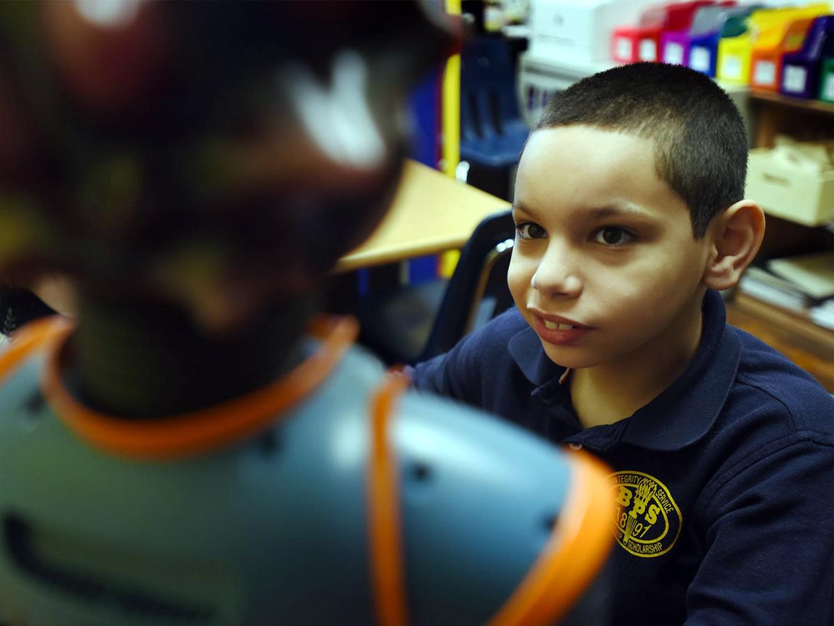 ロボットと学ぶようになって自閉症の息子は家での会話も増えた