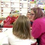 自閉症の女性はボランティアで幼稚園の教室を助け、変わった