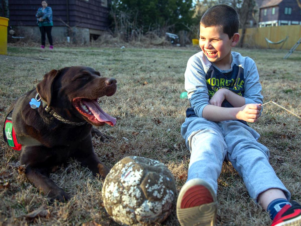 介助犬は介助犬を超えて息子の友人となり世界につなぐ存在に