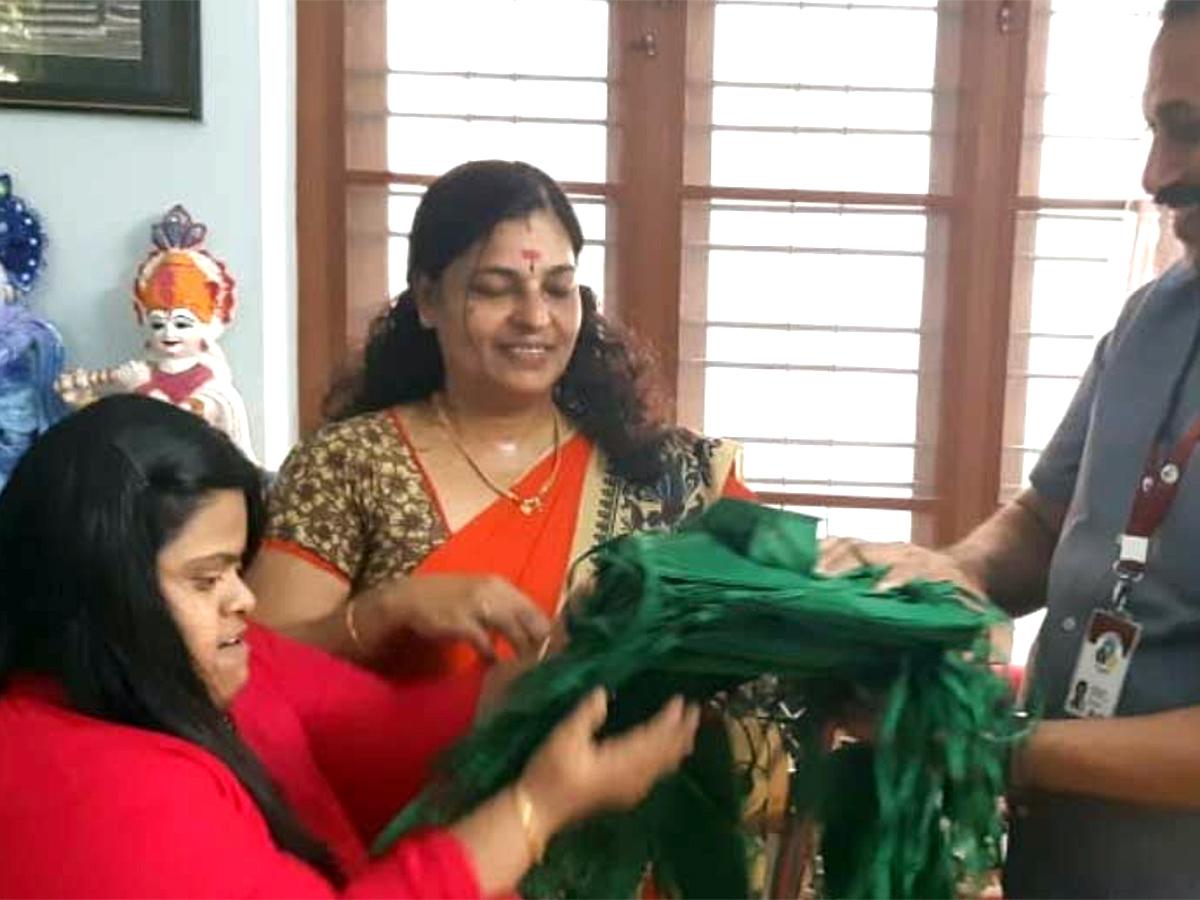 知的障害の女性は布を切り縫製し1000のマスクを大臣に渡す